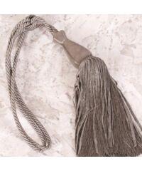 Alisa egy bojtos függönyelkötő