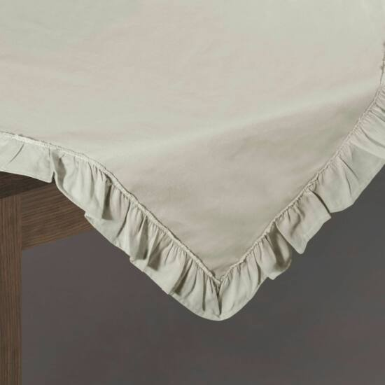kornelia-pamut-asztalterito-kremszin-85-x-85-cm-asztalon