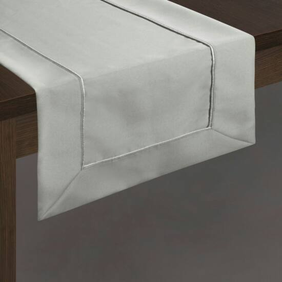 karin-asztali-futo-ezust-40-x-180-cm-asztalon